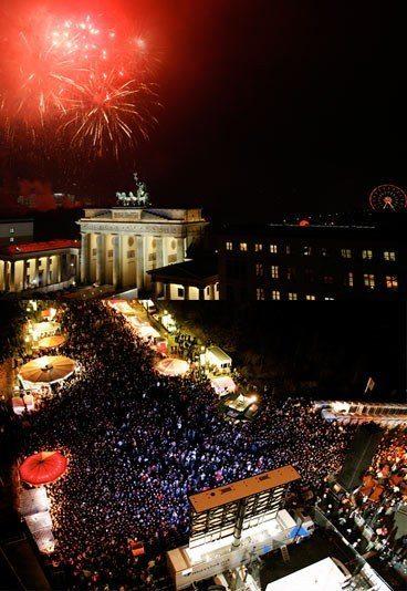 An aerial view of the Brandenburg Gate on NYE (Photo credit: gofeminin.de)